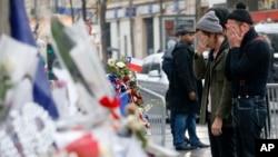 Les membres du groupe de musique Eagles of Death Metal se recueillent après l'attentat du Bataclan, à Paris, le 8 décembre 2015.