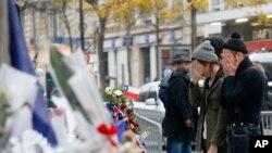 مراسم گل گذاری به یادبود از کشته شدگان حملۀ پاریس