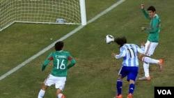 Carlos Tévez abre el marcador ante México tras recibir el pase de Lionel Messi cuando estaba inhabilitado por un claro fuera de juego.