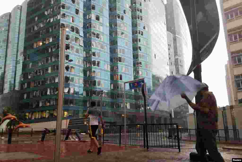"""2018年9月16日,台风山竹肆虐香港,One Harbourfront办公大楼的不少窗户损坏。不少地方出现水浸、交通瘫痪。一段视频显示,九龙城地区的一栋建筑物的整面脚手架被台风""""山竹""""硬生生地掀翻。"""
