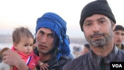 Petani di kota Mosul, Ibrahim Inaimy (kanan) mengatakan bahwa ia melarikan diri ke kamp pengungsi Hassan Sham di Kurdistan, Irak minggu lalu, ujarnya hari Rabu (7/12).