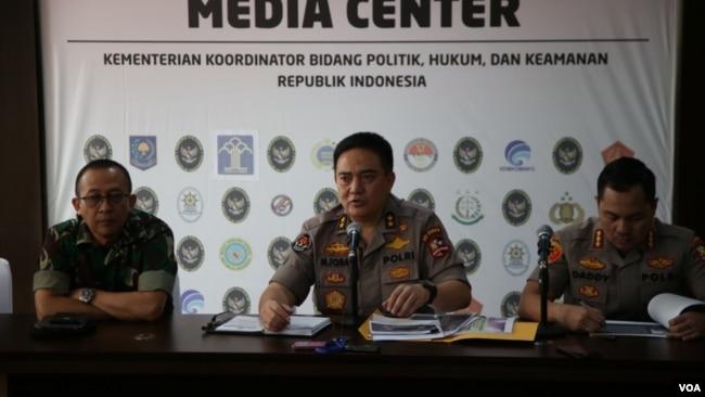 Polisi mengungkap peran Mayjen (Purn.) Kivlan Zen dalam rencana pembunuhan empat pejabat negara dalam jumpa pers di kantor Kementerian Koordinator Polhukam di Jakarta, Selasa (11/6) (VOA/Fathiyah).