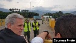 Kevin McCarthy, legislador republicano por California, durante una visita a la frontera entre Colombia y Venezuela con otros 9 senadores y representantes de EE.UU., el jueves 19 de abril de 2019. Foto: Cortesía Cancillería Colombia.
