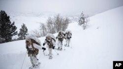 Група морських піхотинців США йде по засніженому шляху під час навчання за умов холодної погоди у Центрі підготовки військ морської піхоти, 10 лютого 2019 року, Бріджпорт, штат Каліфорнія.