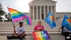 Zagovornici prava na istopolne brakove ispred Vrhovnog suda SAD, Vašington 26. jun 2015.