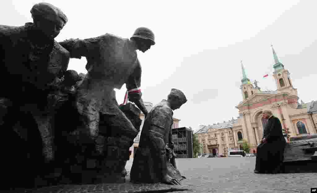 독일 나치 정권에 대항해 일어난 폴란드 혁명 70주년을 맞이한 가운데, 한 폴란드 신부가 와르사우 봉기 기념탑 앞에 앉아있다.
