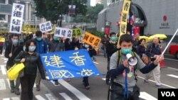 2月1日数万香港人的争取真普选大游行中,有人要求香港独立(美国之音海彦拍摄)