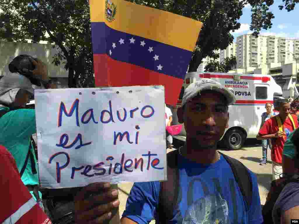 Empleados públicos y seguidores del gobierno también se concentraron en la céntrica avenida Bolívar de Caracas para apoyar al presidente en disputa, Nicolás Maduro.