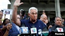 Roger Stone, teman lama dan mantan penasihat Presiden AS Donald Trump, berbicara di luar pengadilan Fort Lauderdale, Florida (25/1).