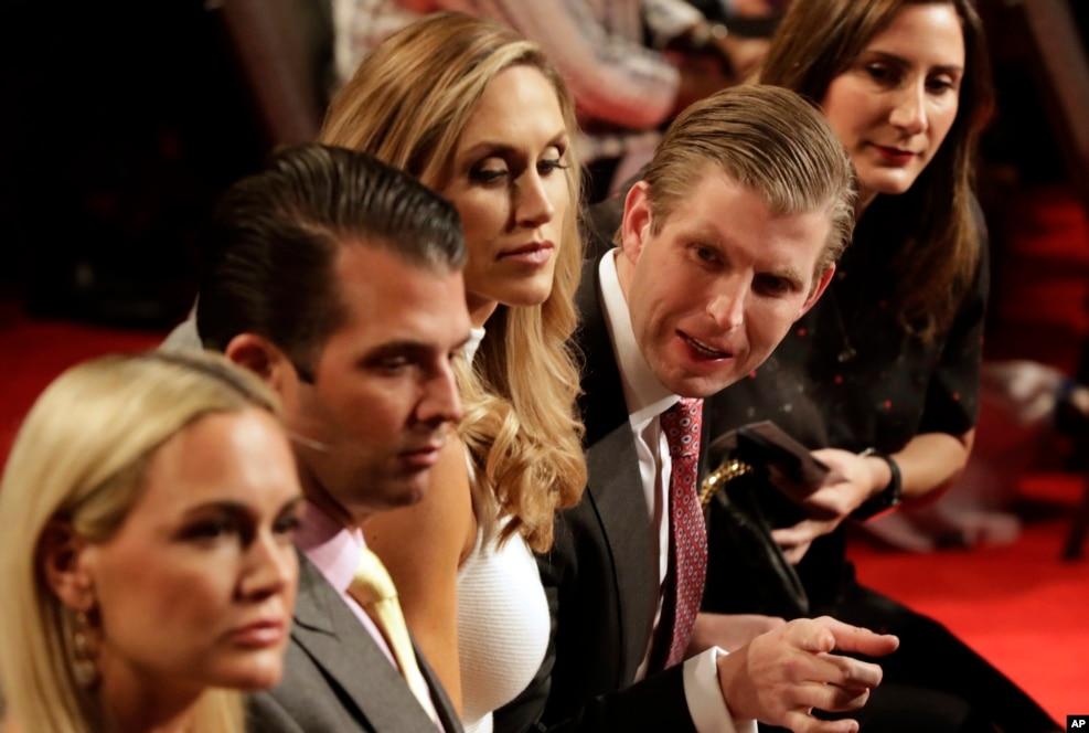 2016年10月19日,第三次候选人辩论后,美国共和党总统候选人唐纳德·川普的家人走下舞台
