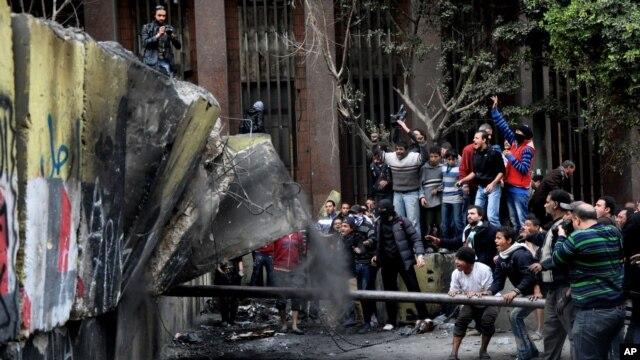 Người biểu tình Ai Cập tìm cách phá bức tường được dựng lên để ngăn họ đến gần trụ sở của quốc hội và nội các gần Quảng trường Tahrir trong thủ đô Cairo