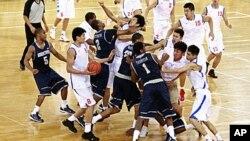 图为中国男篮俱乐部球队八一火箭队和美国大学篮球队乔治城篮球队的队员8月18日在友好比赛中发生殴斗