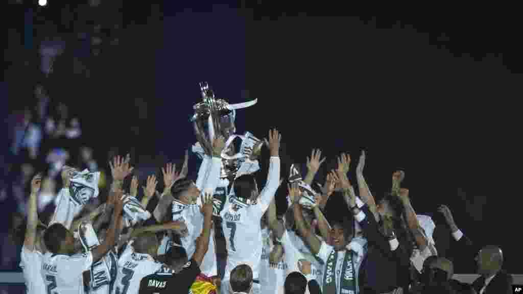 Les joueurs du Real célèbrent leur victoire au stade de Santiago Bernabeu à Madrid, le 29 mai 2016.