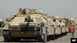 美国士兵在巴格达的军营里(资料照片)