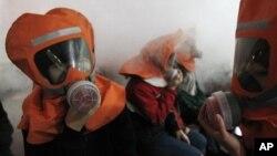 지난 2010년 한국에서 북한의 화학무기 공격에 대비해 실시한 화생방 훈련. (자료 사진)