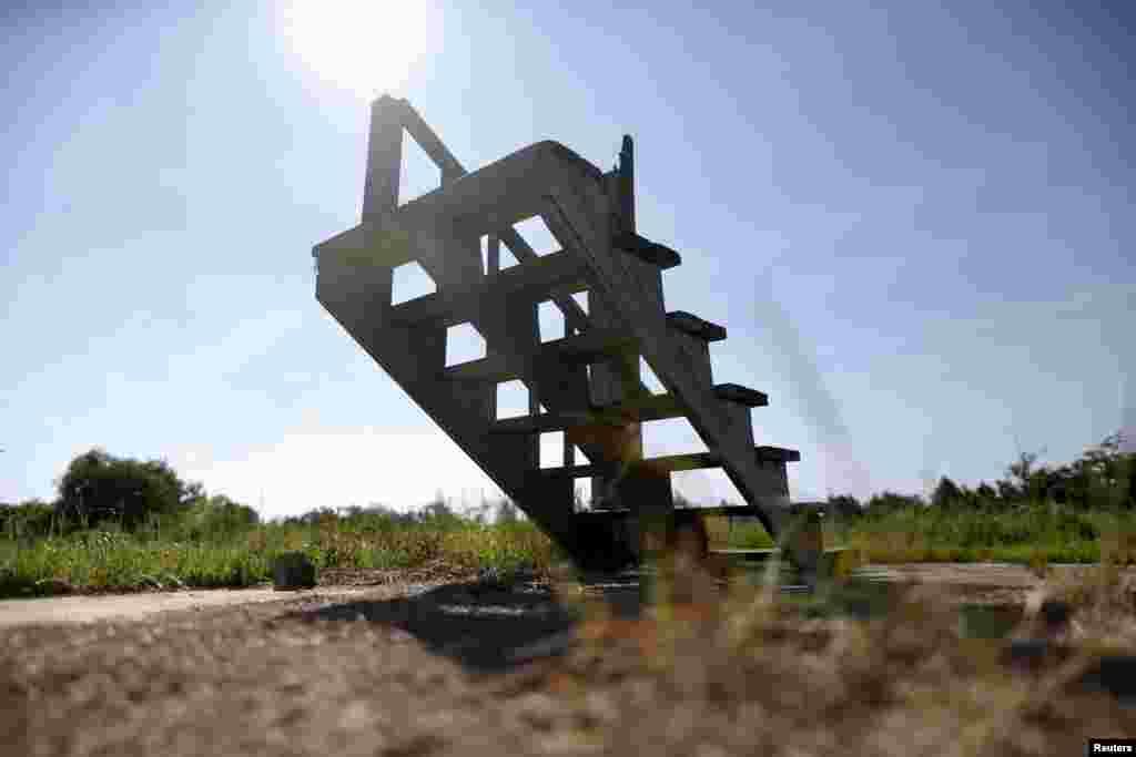 تنها چند پلۀ زینه بازماندۀ ساختمانی است که ده سال پیش در اثر توفان کترینا در ایالت مسی سی پی ویران شد.