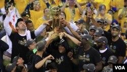 ზაზა ფაჩულია NBA-ს ჩემპიონობას ზეიმობს