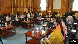 Beberapa anggota parlemen Myanmar berbicara kepada media mengenai rencana untuk mengamandemen konstitusi di Naypyidaw (foto: dok).