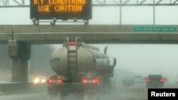 Las malas condiciones del tiempo provocan accidentes en las carreteras. En esta foto un camión arroja hielo al transitar por la autopista congelada en el área de Manassas en Virginia.