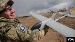 烏克蘭政府軍使用自製的無人機。(視頻截圖)