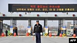 4月8日, 在南北韩边境的坡州市,一名韩国保安人员站在通往开城工业园区的路上。