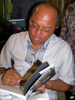O autor dando um autografo