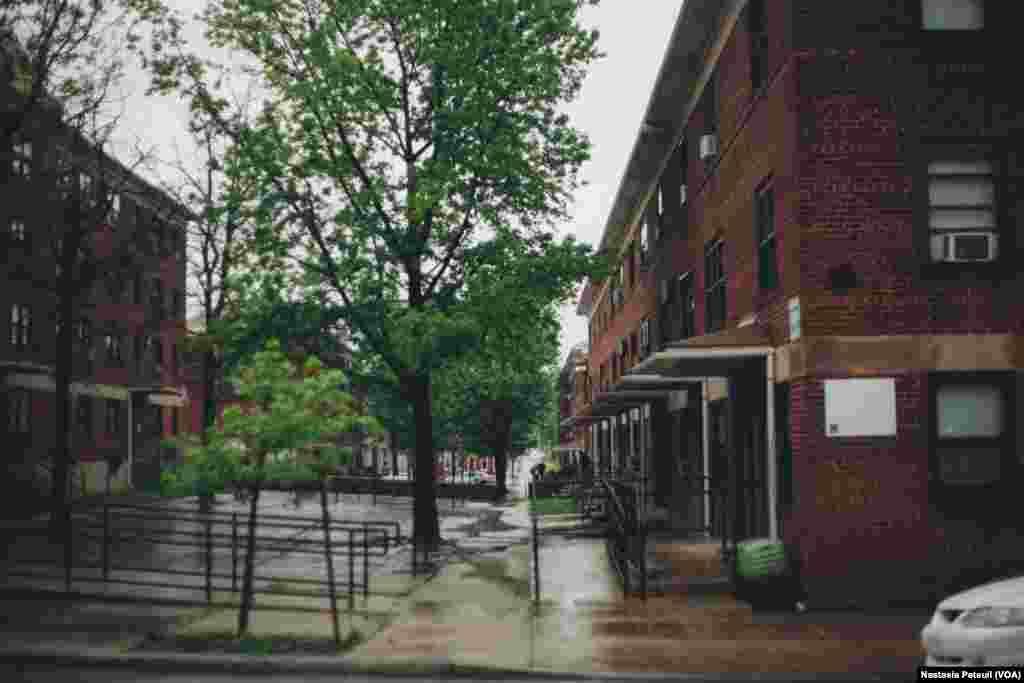 Sandtown, le quartier où vivait Freddy Gray, un jeune Noir américain mort en détention, se situe à West Baltimore. Pendant les manifestations qui ont suivi sa mort, le quartier de Sandtown était au coeur de la contestation, parfois violente, contre la police, Baltimore, le 6 mai 2016. (VOA/ Nastasia Peteuil)