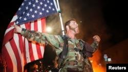 Un miembro del grupo Veteranos por la Paz protesta en Oakland, California la decisión del gran jurado en Ferguson, al extenderse las manifestaciones a 170 ciudades alrededor del país.