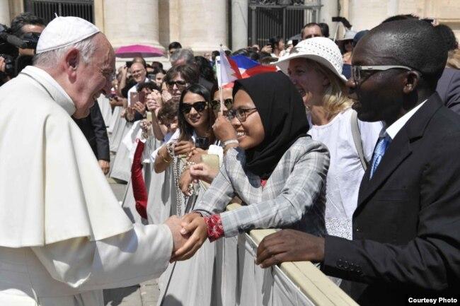 Dewi Praswida  bertemu dan bersalaman dengan Paus di Basilika Santo Petrus, Vatikan, hari Rabu (26/6) lalu.