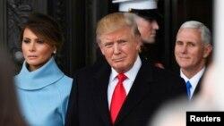 Presiden Donald Trump dan Melania Trump meninggalkan lokasi pelantikan di Gedung Capitol, 20 Januari 2017. Wakil Presiden Mike Pence di sebelah kanan.