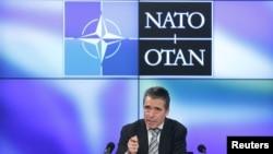 Sekjen NATO Anders Fogh Rasmussen dalam jumpa pers di Brussels (11/5).