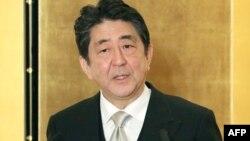 Perdana Menteri Jepang Shinzo Abe memberikan pernyataan mengenai nuklir Korea Utara. kepada wartawan hari Kamis (4/1).
