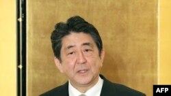 아베 신조 일본 총리가 4일 미에현 이세시에 있는 '이세신궁'을 참배한 후 신년 기자회견을 하고 있다.