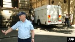 Ulama Muslim Abdul Nacer Benbrika dan enam pengikutnya dibawa dari Mahkamah Agung dengan truk penjara setelah mereka dijatuhi hukuman hingga 15 tahun penjara di Melbourne, Australia, 3 Februari 2009. (Foto: WILLIAM WEST / AFP)