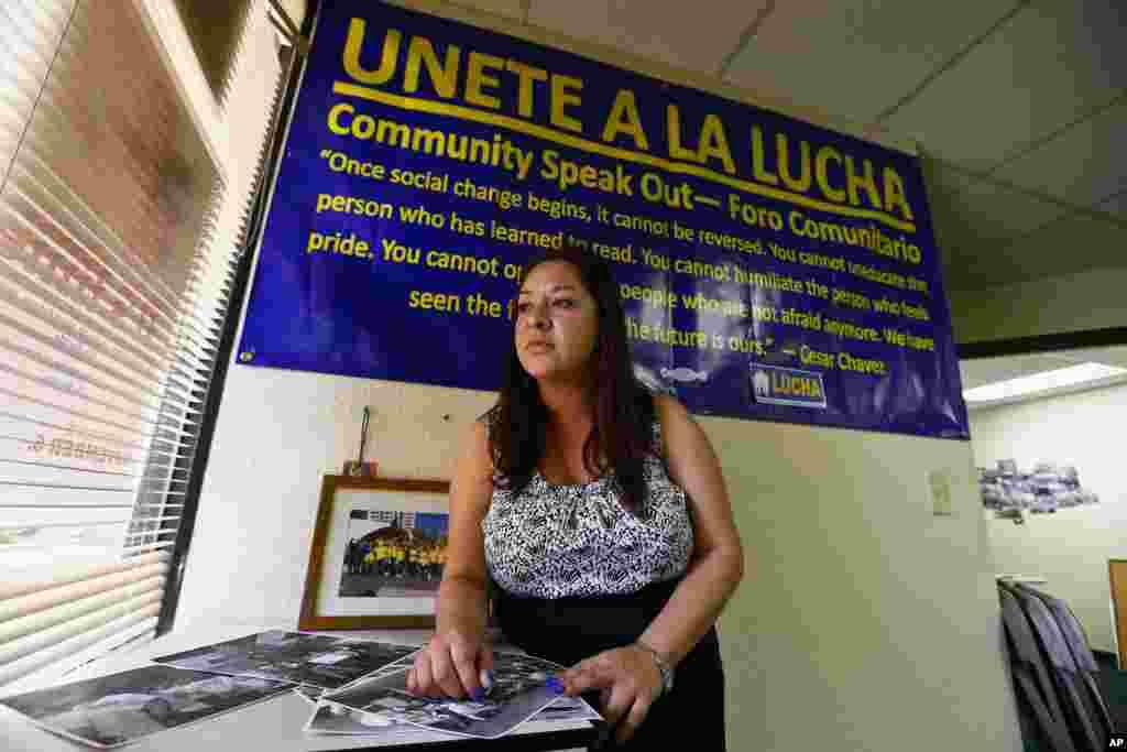Cô Reyna Avila vừa nhận được giấy phép lao động và thẻ an sinh xã hội theo một chính sách của chính quyền Tổng thống Obama đối với người nhập cư trẻ tuổi, Phoenix, Arizona, 2 tháng 4 năm 2013.