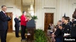 美國總統奧巴馬在七月四日國慶日主持為現役軍人入籍儀式上進行效忠國家宣誓