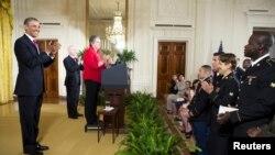 美國總統奧巴馬對25名現役美國軍人加入美國籍表示祝賀。