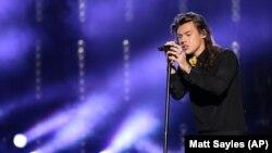 """Mantan personil """"One Direction"""" Harry Styles, saat tampil di Microsoft Theater, Los Angeles pada malam """"American Music Awards"""" 22 November 2015. (Foto: dok)."""