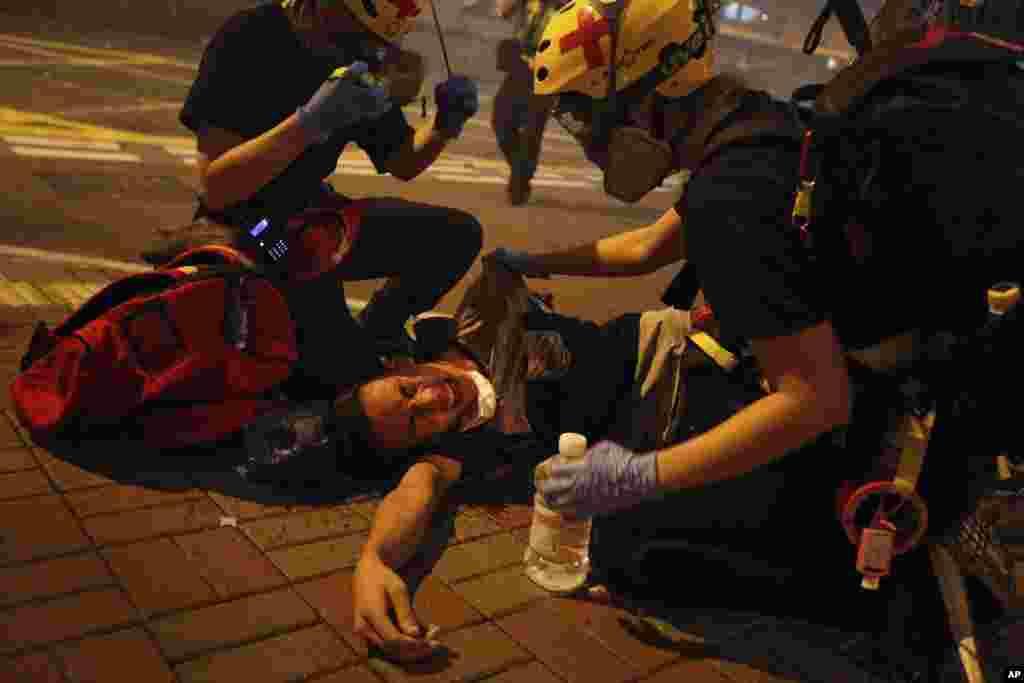 گروه های امدادی به معترضان در هنگ کنگ که هدف حمله پلیس قرار گرفته اند، کمک می کنند. معترضان به دخالت های چین اعتراض دارند.
