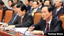 김장수 한국 국가안보실장이 18일 국회 운영위 전체회의에 출석, 의원들의 질의에 답하고 있다. 왼쪽은 허태열 대통령 비서실장.