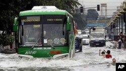 颱風梅花繞過上海向沿海轉移。