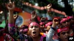Công nhân may mặc Bangladesh biểu tình tại Dhaka, Bangladesh, ngày 1/5/2017 đòi tăng lương và điều kiện làm việc tốt hơn.