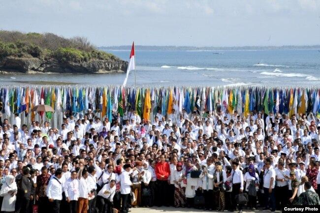 Presiden Joko Widodo berfoto bersama dalam acara deklarasi anti radikalisme terorisme dari pimpinan perguruan tinggi se Indonesia di Nusa Dua Bali Selasa 26 September 2017. (Foto Biro Pers kepresidenan RI).