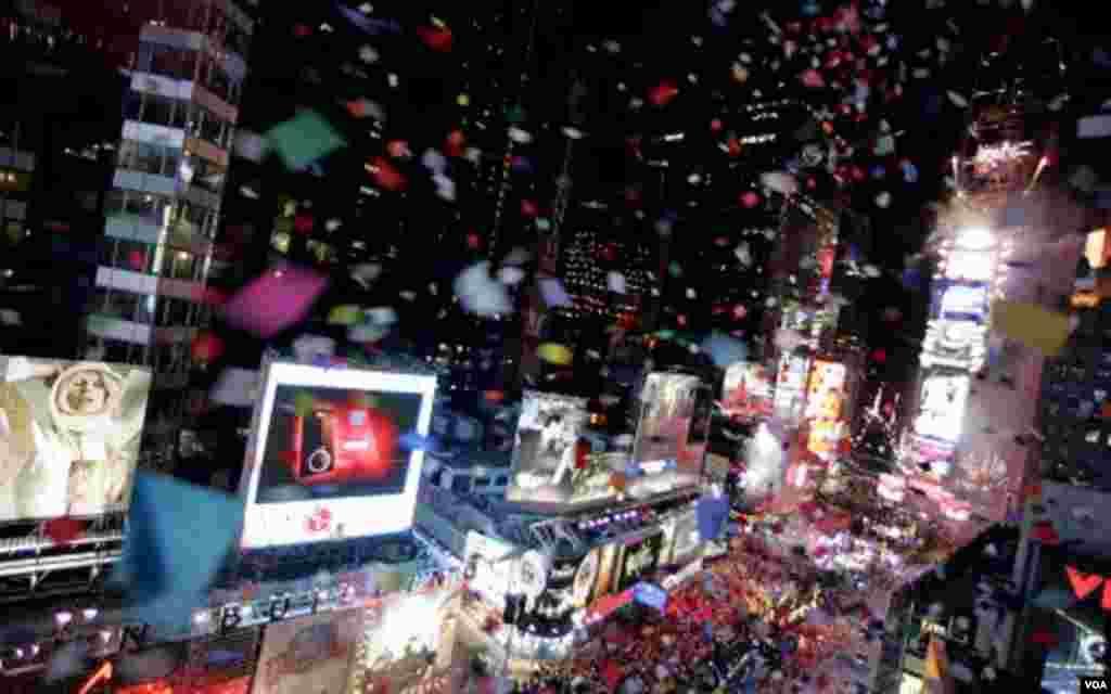 La mítica plaza de Times Square, a la que se otorgó ese nombre por pago previo del diario The New York Times, es lugar de paso obligado para contemplar la inmensidad publicitaria y comercial de la zona.