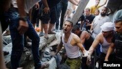 Người Palestine đào bới đống đổ nát của một tòa nhà để tìm kiếm người sống sót sau một vụ không kích của Israel vào trại tị nạn Shati ở thành phố Gaza, ngày 4/8/2014.