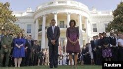 Presiden Barack Obama dan ibu negara Michelle Obama dan para pejabat lainnya mengheningkan cipta pada pukul 08:46 pagi untuk memperingati serangan 11 September 2001 di Amerika (11/9).