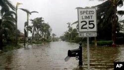 飓风艾玛周日经过佛罗里达那不勒斯市时,邻海的一条公路被淹。(2017年9月10日)