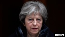 La primera ministra británica, Theresa May, es vista a su salida de 10 Downing Street en London, el miércoles, 14 de marzo de 2018.
