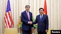 Bí thư Thành ủy TP.HCM Đinh La Thăng bắt tay với Ngoại trưởng Mỹ John Kerry trước cuộc gặp của họ ở TP.HCM, ngày 13 tháng 1, 2017.