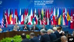 美國國務卿克里(左三上)在華盛頓召開的抗擊伊斯蘭國全球聯盟部長會議上講話。